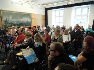 Zaplněný přednáškový sál Ostravského muzea