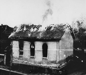 Pohled na hořící synagogu v Horním Ramstadtu